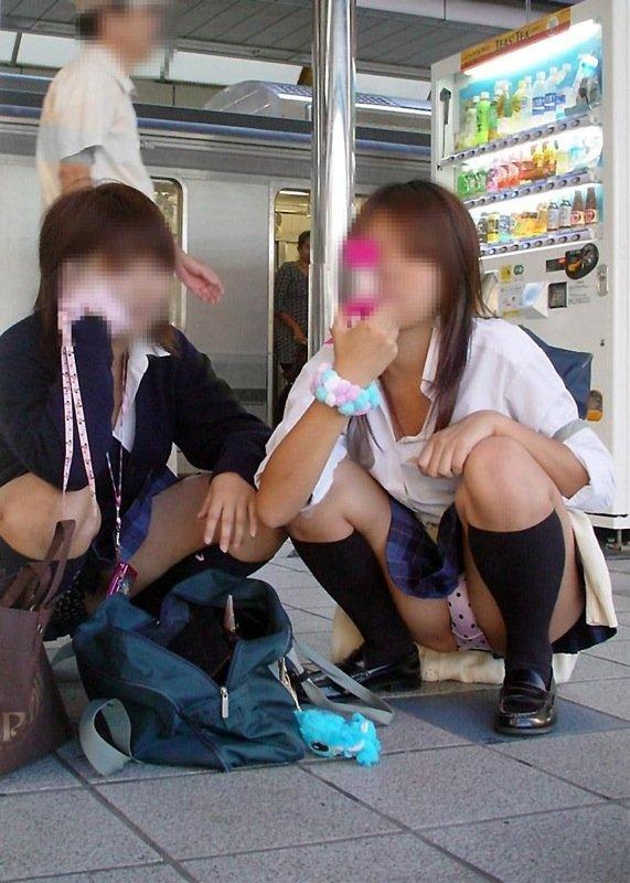 女子校生の下着が丸出しになってる (19)