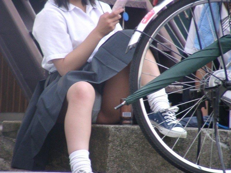 女子校生の下着が丸出しになってる (9)
