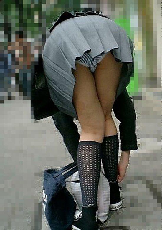 ミニスカートで屈むとお尻から下着が見える (20)