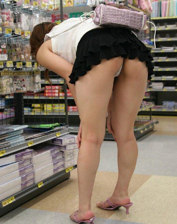 ミニスカートで屈むとお尻から下着が見える (15)