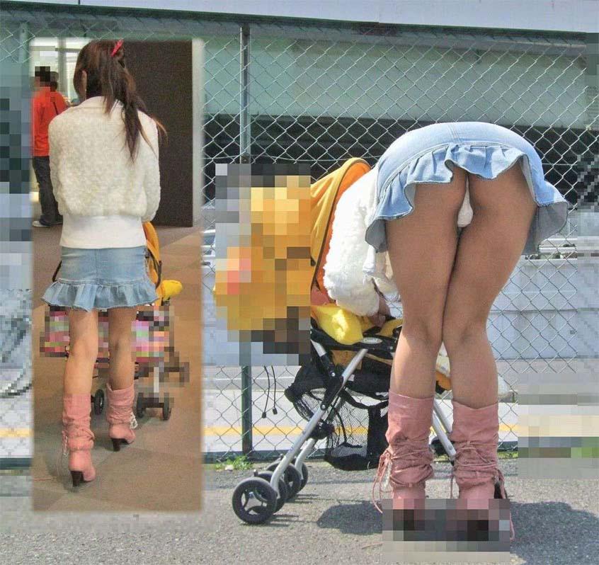 ミニスカートで屈むとお尻から下着が見える (17)