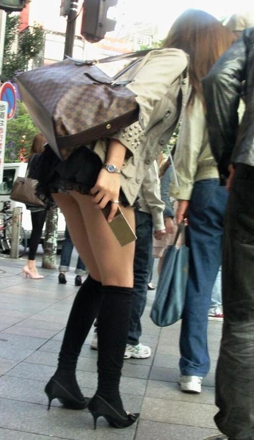 ミニスカートで屈むとお尻から下着が見える (3)