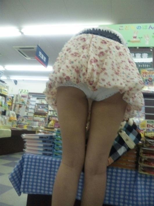 ミニスカートで屈むとお尻から下着が見える (2)