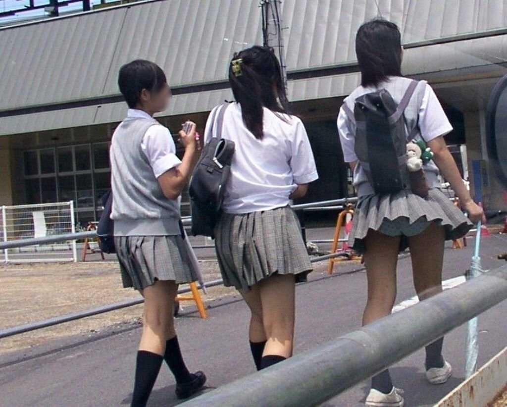 強風で下着が見えちゃった女の子 (14)