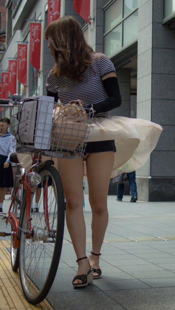 強風で下着が見えちゃった女の子 (7)