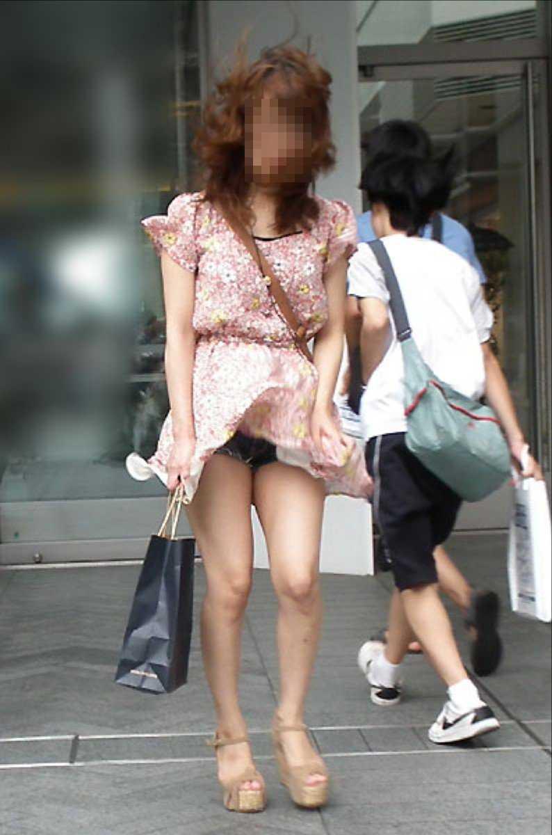 強風で下着が見えちゃった女の子 (12)