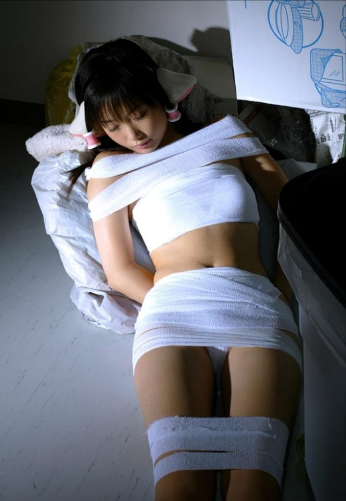 包帯を衣装の代わりにするセクシーコス (12)