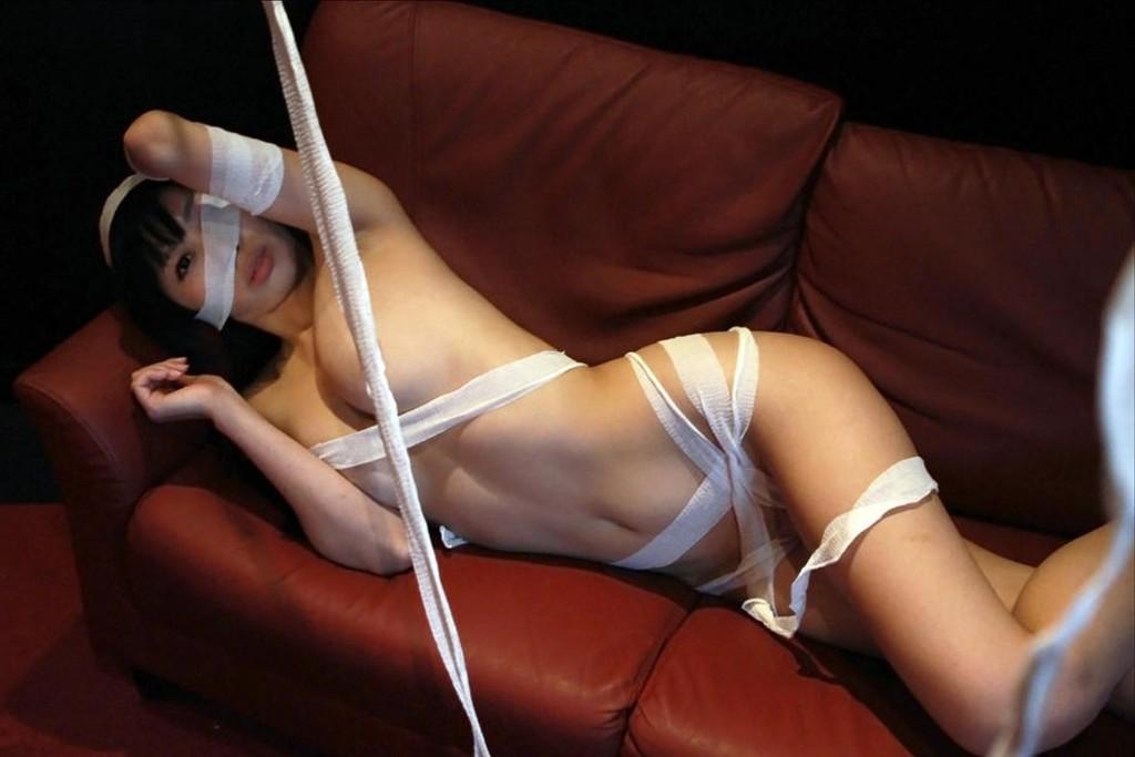 包帯を衣装の代わりにするセクシーコス (5)
