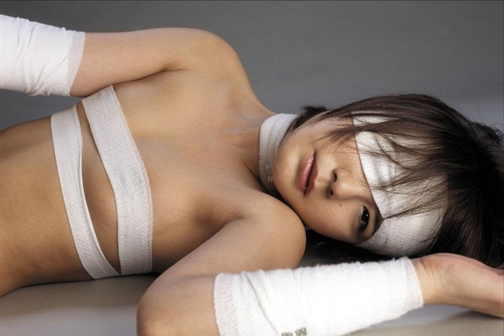 包帯を衣装の代わりにするセクシーコス (4)