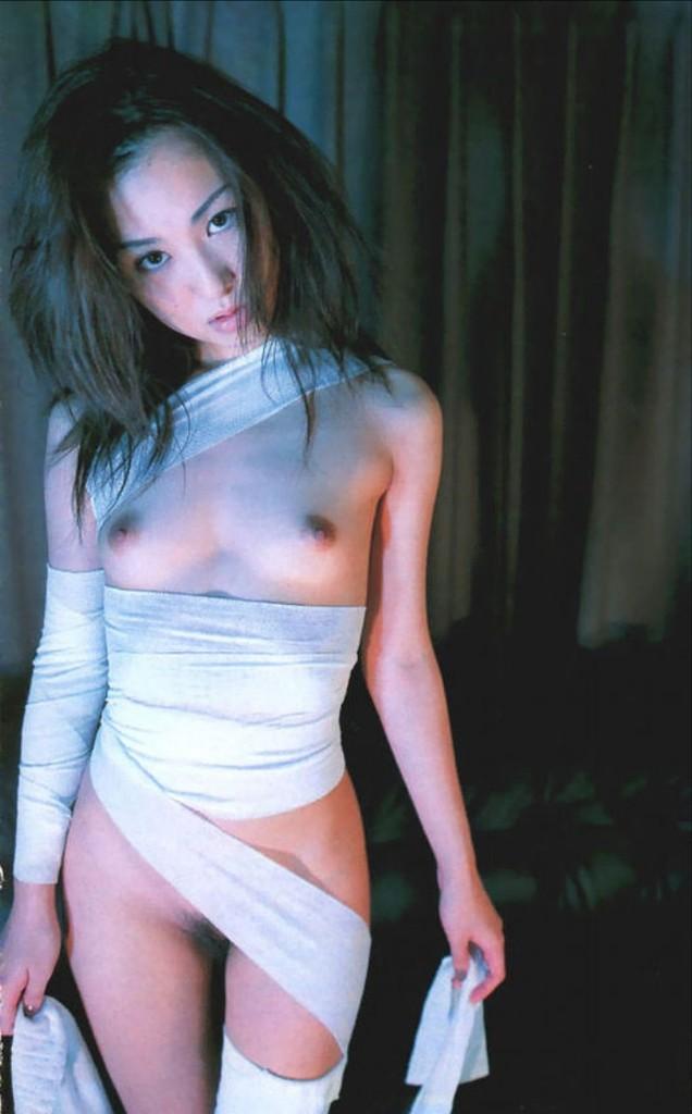 包帯を衣装の代わりにするセクシーコス (16)