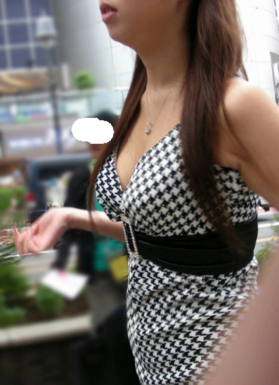乳房がデカ過ぎて目が離せなくなる (6)