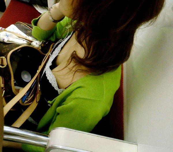 シートに座って谷間を見せている女の子 (11)