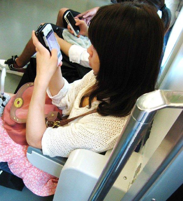 シートに座って谷間を見せている女の子 (15)