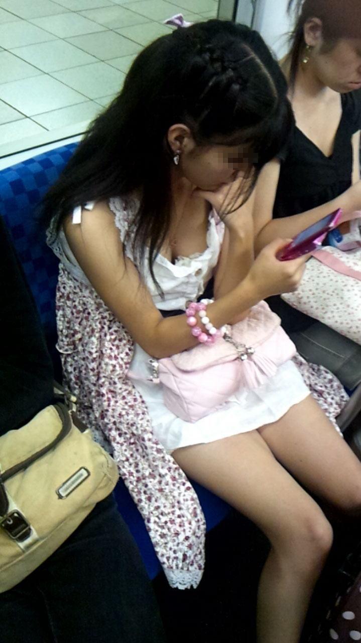 シートに座って谷間を見せている女の子 (6)