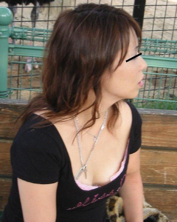 乳頭や谷間が垣間見える服の隙間 (15)