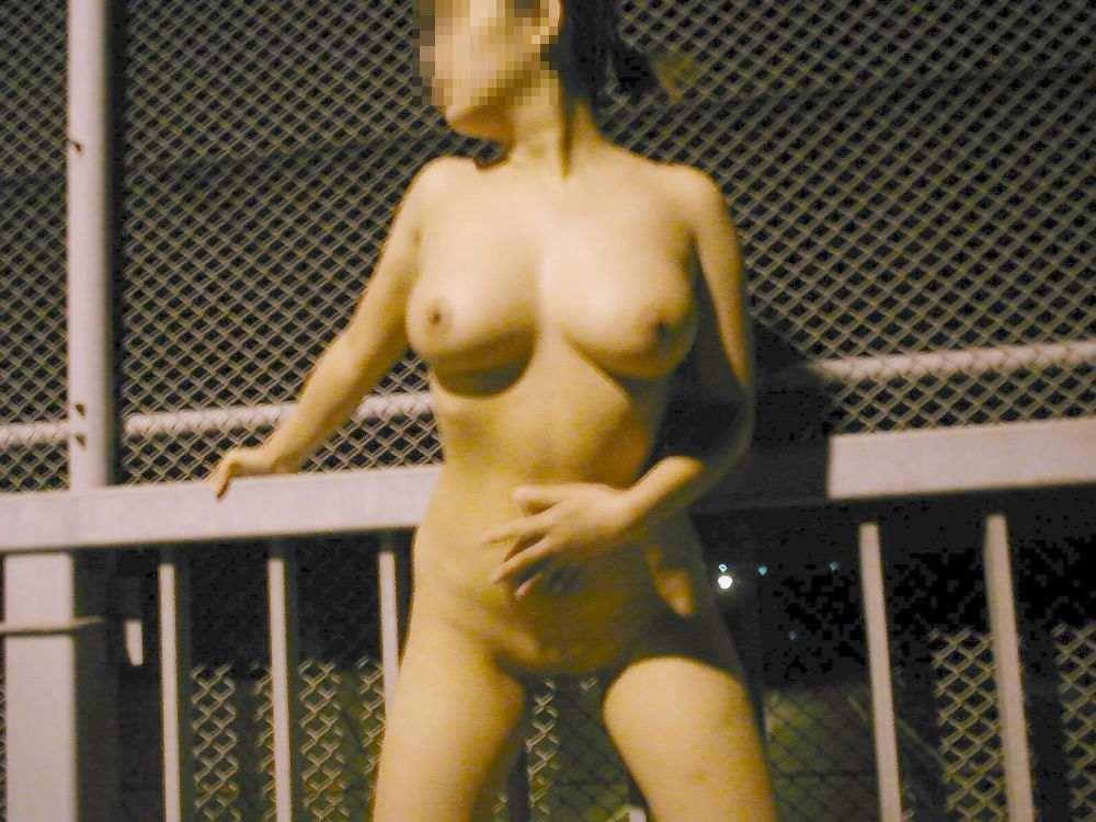 外にいても服を脱いじゃう女の子 (3)