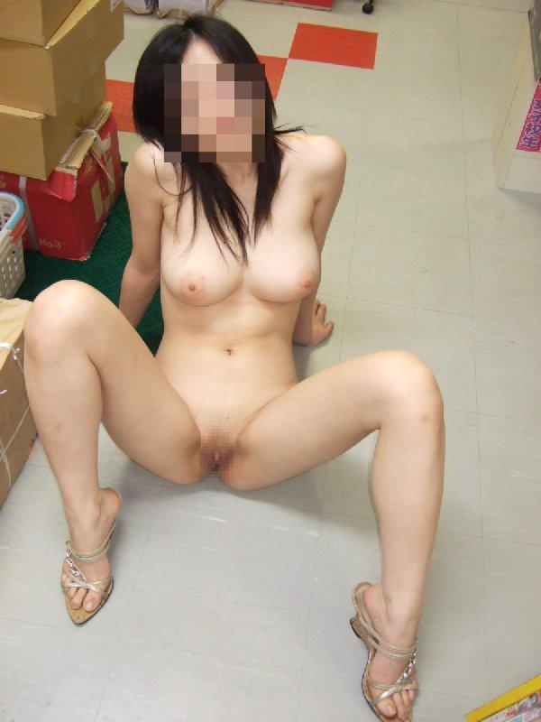 通行人の前でも服を脱いじゃう女の子 (17)