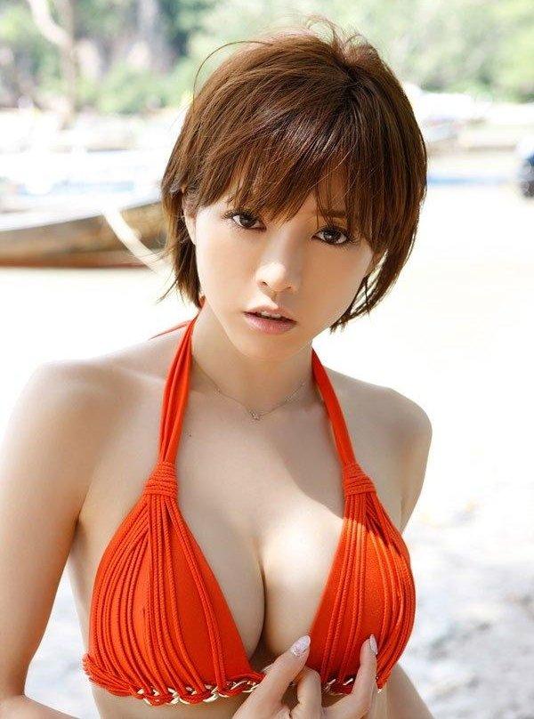 グラビアアイドルの綺麗で大きな乳房 (4)