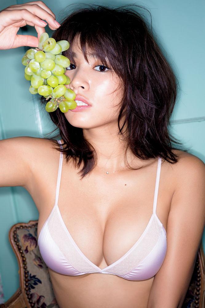 グラビアアイドルの綺麗で大きな乳房 (17)