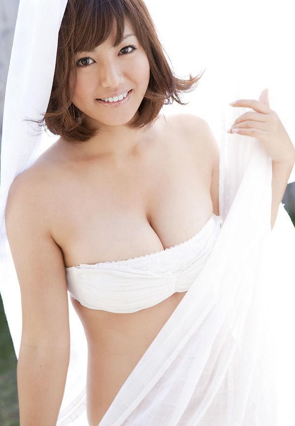 グラビアアイドルの綺麗で大きな乳房 (6)
