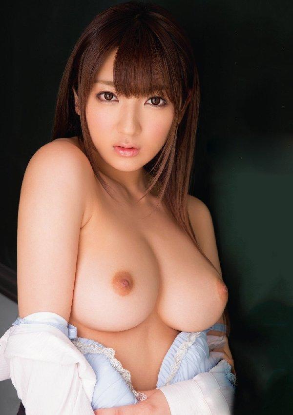 デカい乳房でキュートなルックス (11)