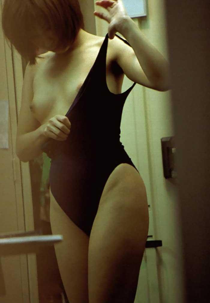 脱衣所で服を脱いでいる女の子がエロい (18)