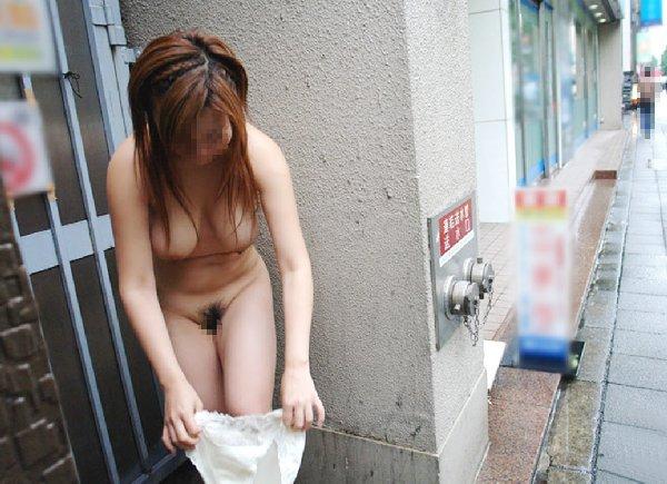 お出かけすると服を脱ぎたがる女の子 (13)