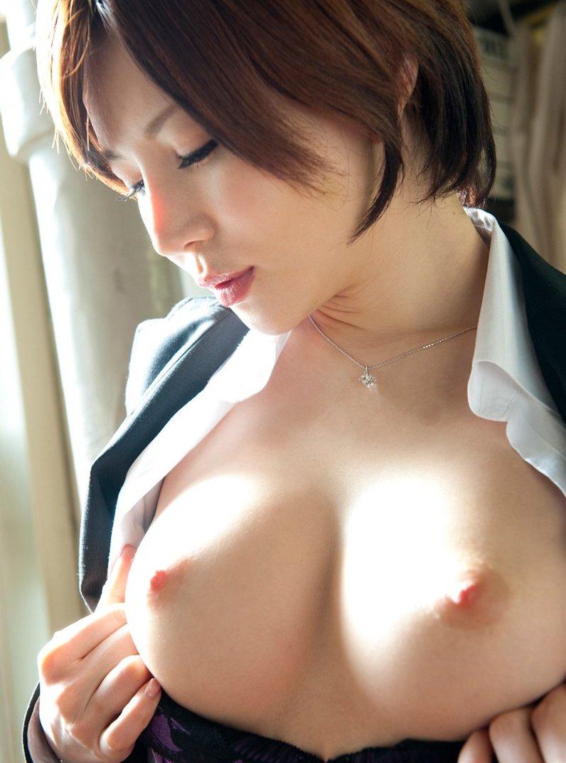 薄茶色から桜色の乳首が一番綺麗に見える (16)