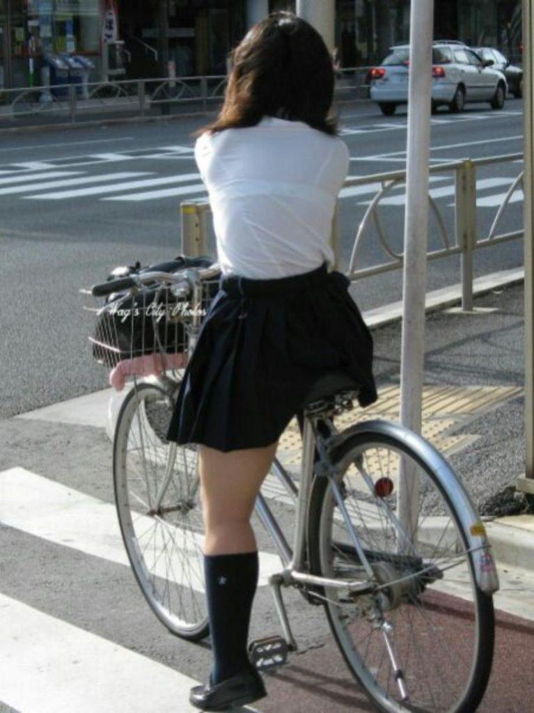 下着が透けて丸見えになってる女の子 (14)