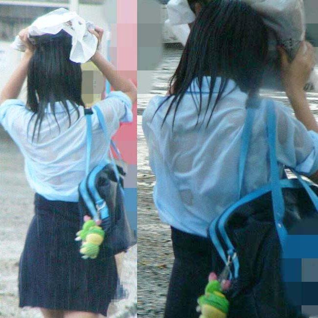 下着が透けて丸見えになってる女の子 (1)
