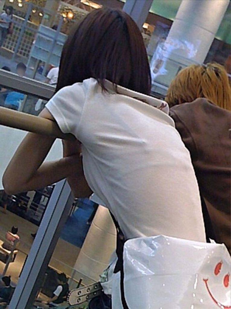 下着が透けて丸見えになってる女の子 (13)