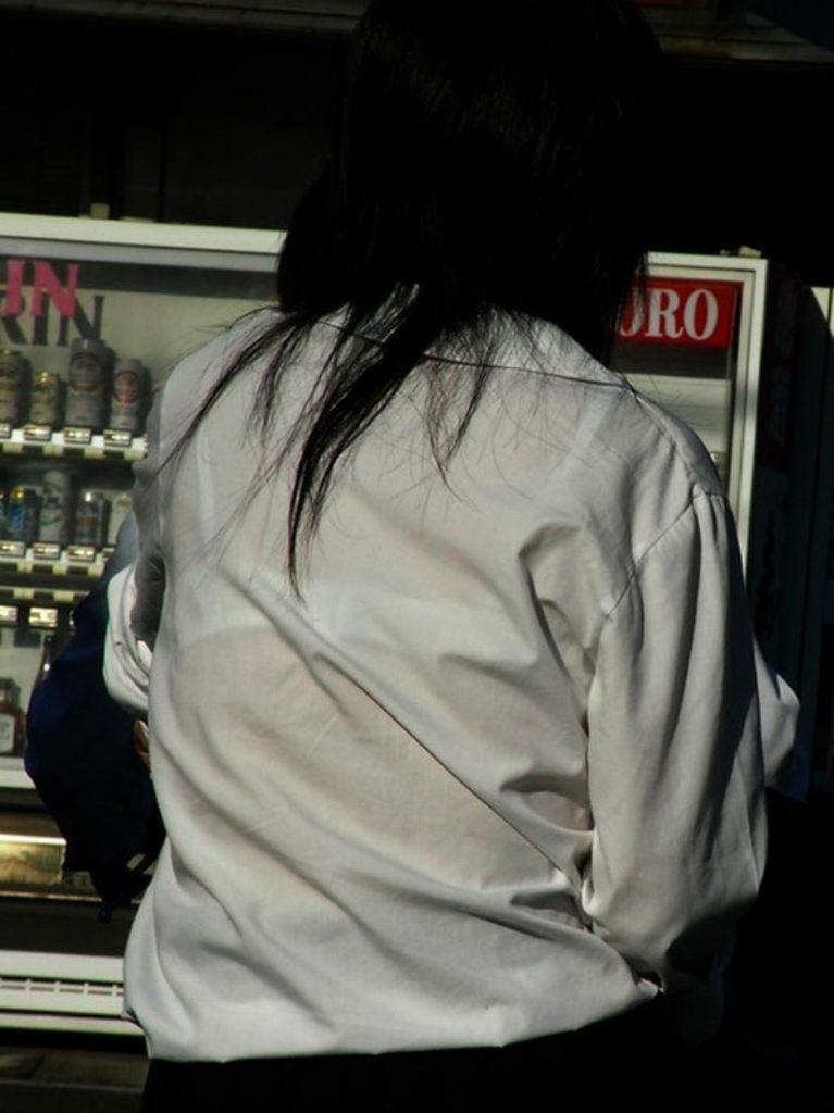 下着が透けて丸見えになってる女の子 (11)