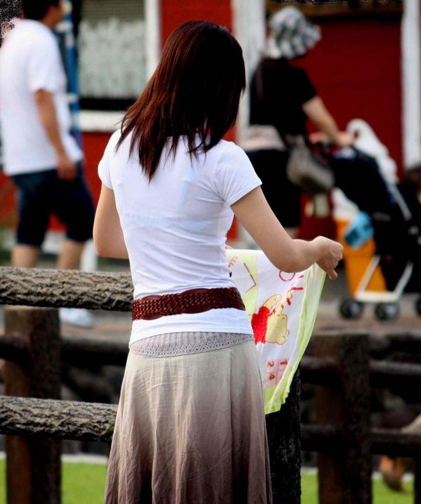 下着が透けて丸見えになってる女の子 (15)
