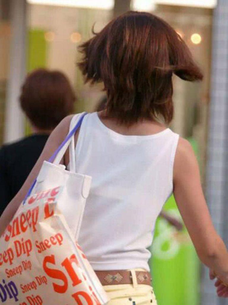 下着が透けて丸見えになってる女の子 (10)