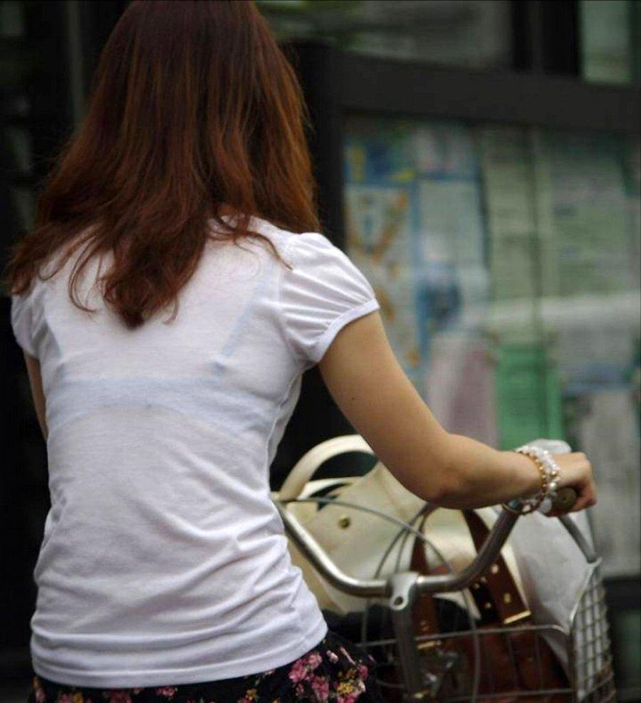 下着が透けて丸見えになってる女の子 (2)