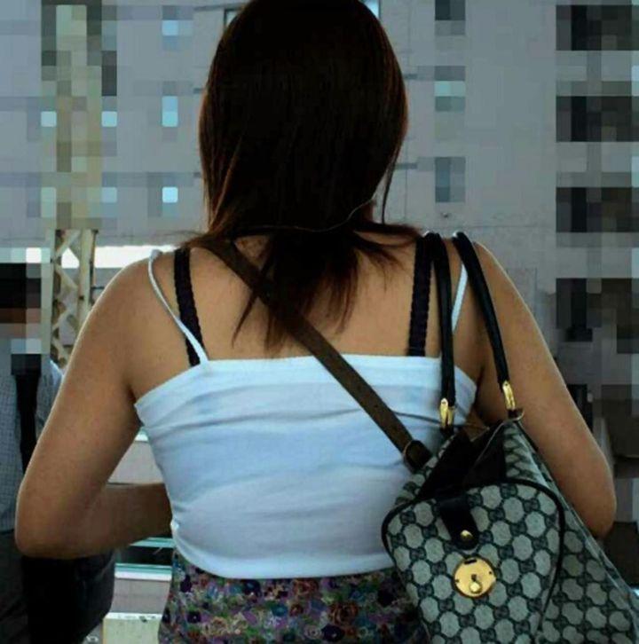 下着が透けて丸見えになってる女の子 (7)