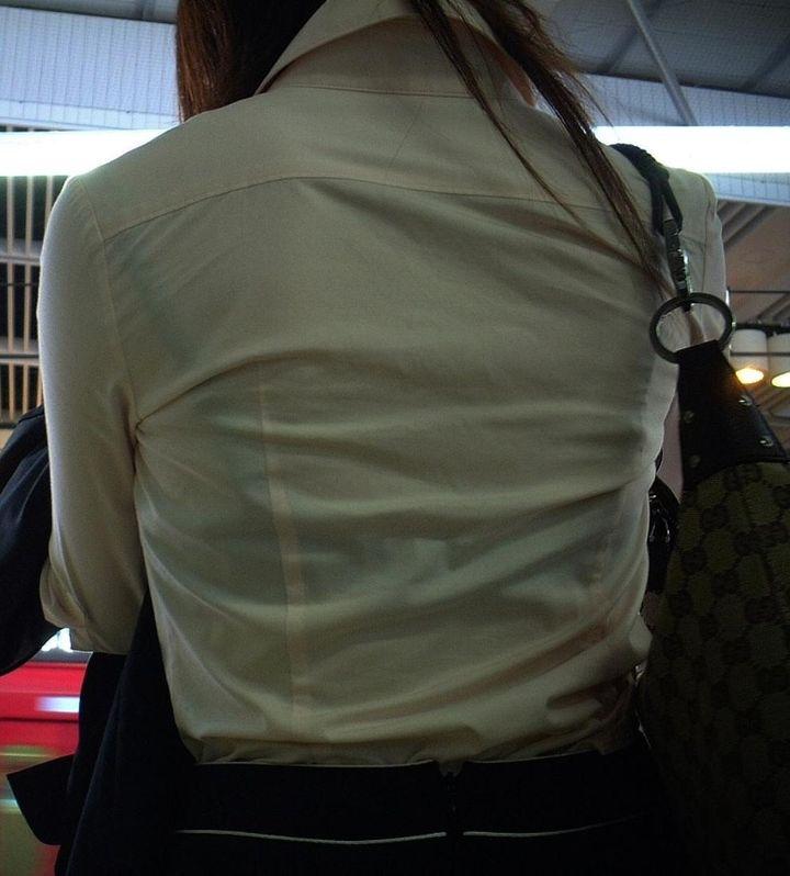 下着が透けて丸見えになってる女の子 (6)
