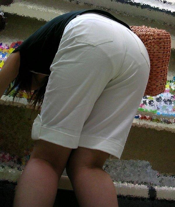 パンティーがスカートの中から見えちゃってる (17)