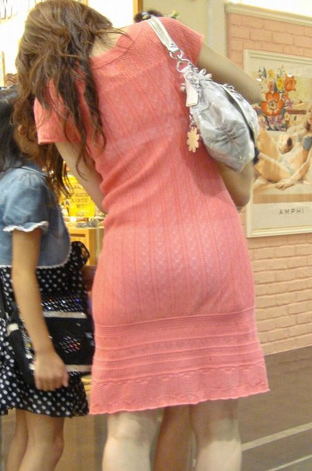 パンティーがスカートの中から見えちゃってる (3)