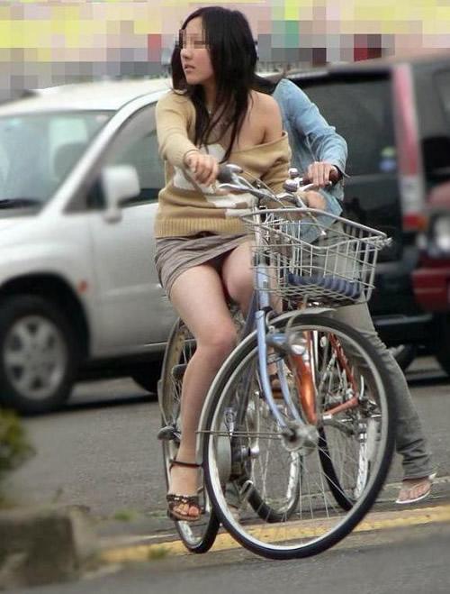 チャリに乗る女の子はパンツに注意 (11)