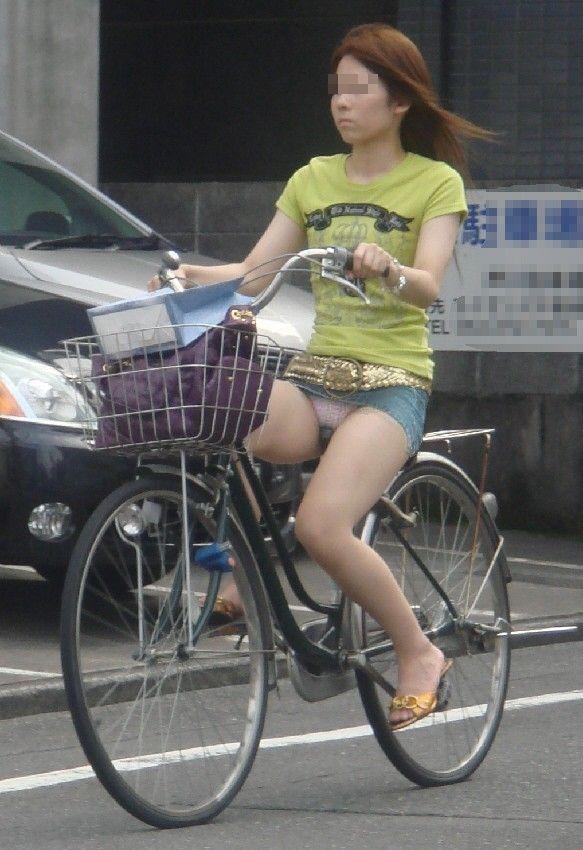 チャリに乗る女の子はパンツに注意 (18)