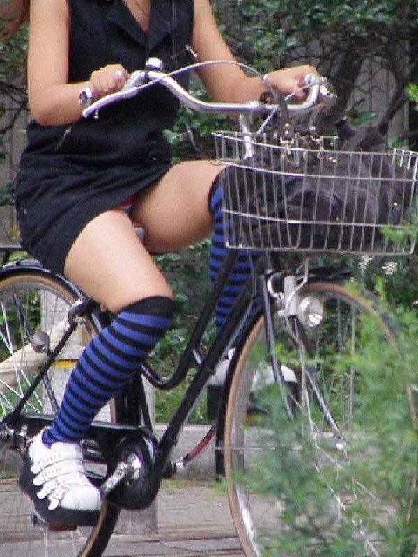 チャリに乗る女の子はパンツに注意 (15)