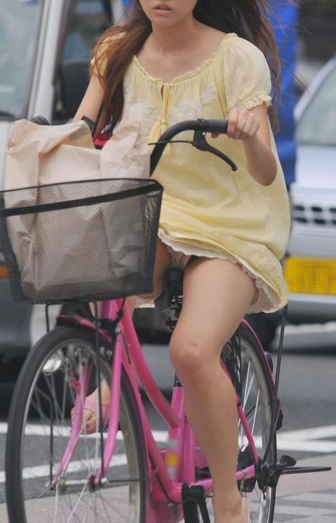 チャリに乗る女の子はパンツに注意 (20)