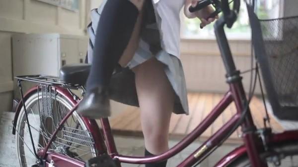 チャリに乗る女の子はパンツに注意 (3)