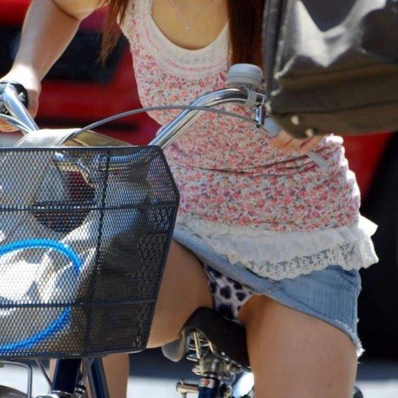 素人女性がスカートを穿いて自転車に乗ると、パンツが丸見え