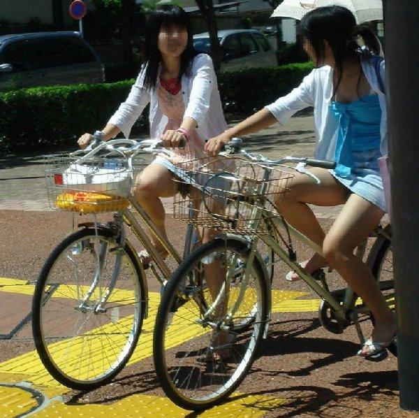 チャリに乗る女の子はパンツに注意 (13)