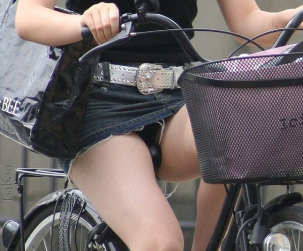 チャリに乗る女の子はパンツに注意 (2)