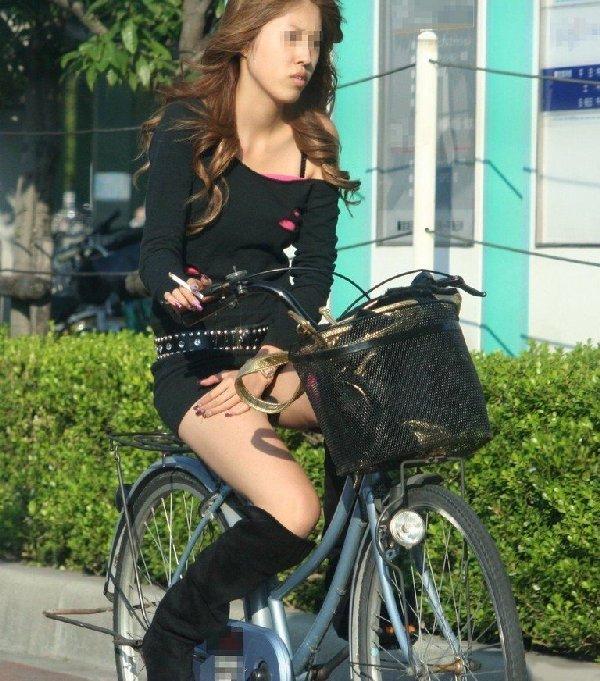 チャリに乗る女の子はパンツに注意 (12)