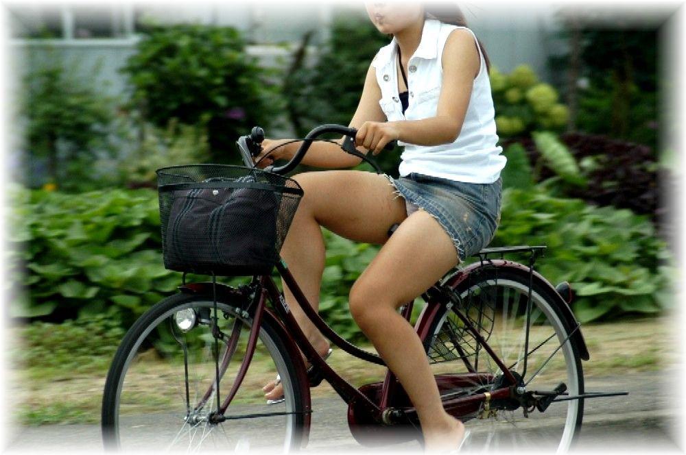 チャリに乗る女の子はパンツに注意 (4)