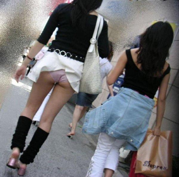 突風で下着がモロ見え状態の女の子 (2)